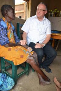 Ks. Tadeusz Dziedzic z osobą chorą na trąd, Tanzania